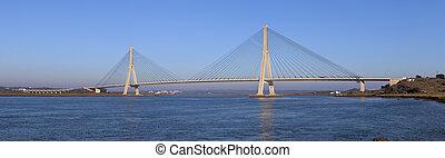 Una vista panorámica del puente sobre el río Guadiana en Ayamonte