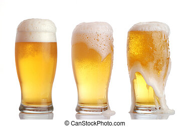 Unos vasos de cerveza