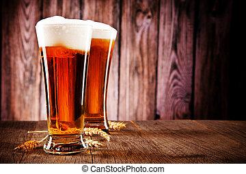 Unos vasos de cerveza en la mesa de madera