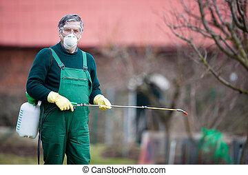 Usando químicos en el huerto del jardín