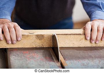 Usando sierras de mesa en el taller