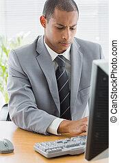 utilizar, hombre de negocios, oficina, concentrado, computadora
