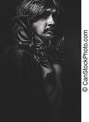 Vampiro con abrigo negro y pelo largo