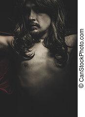 Vampiro con abrigo negro y pelo largo, sangre