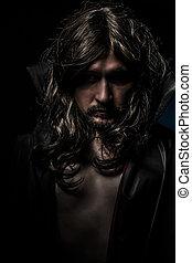 Vampiro con abrigo negro y pelo largo, triste