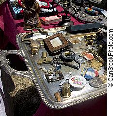Varias antigüedades en un mercado de pulgas