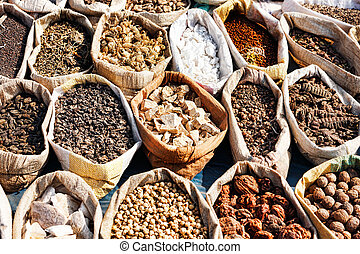 Variedad de especias en el mercado local de Pushkar