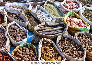Variedad de especias en el mercado local en Pushkar
