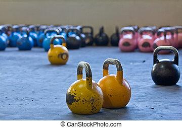 Variedad de pesas en el gimnasio