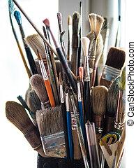 Variedad de pinceles usados de pintor