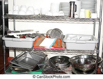 Variedad de utensilios de cocina en el mostrador