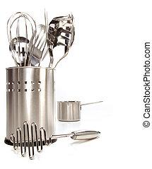 Variedad de utensilios inoxidables en blanco