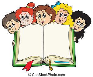Varios chicos sosteniendo un libro