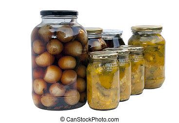 Varios frascos de cebollas en vinagre caseras y piccalilli