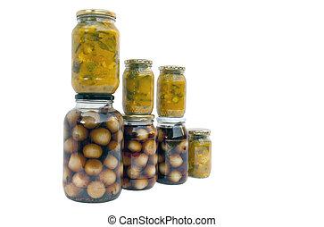 Varios frascos de piccalilli caseros y cebollas en vinagre