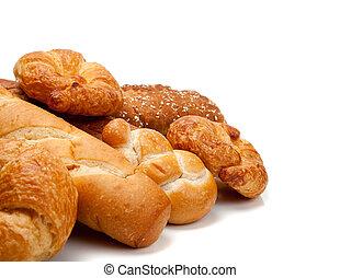 Varios tipos de pan en un fondo blanco