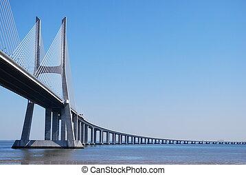 Vasco da gama puente sobre el rio en lisbono