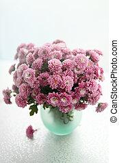 Vase con ramo de crisantemos
