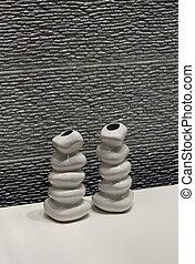 Vasos de cerámica modernos cerca de la pared de piedra de cerámica