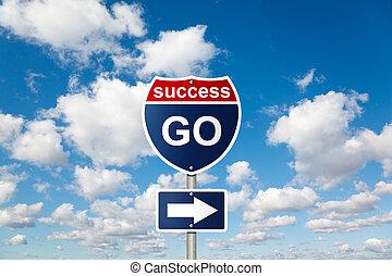 Ve al signo de SUCCESS en las nubes blancas y suaves en el cielo azul