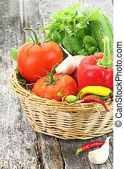 Vegetales frescos en la canasta de mimbre