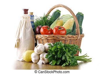 Vegetales y canasta de mimbre