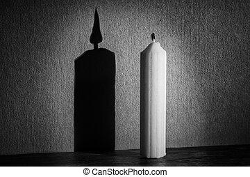 Vela en la oscuridad con reflector haciendo sombra textura conversión artística