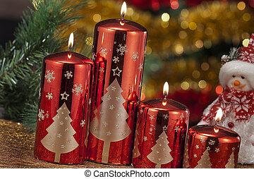 Velas con adornos navideños en luz atmosférica