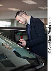 Vendedor mirando dentro del auto