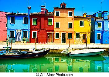 Venecia, canal de la isla Burano, casas coloridas y barcos, Italia. Fotografía de larga exposición