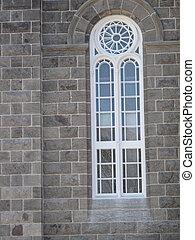 Ventana de la vieja iglesia de piedra