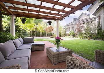 Verandah con muebles modernos de jardín