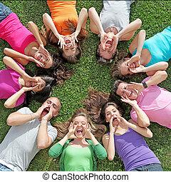 verano bromea, grupo, campo, gritos, adolescentes, canto, o