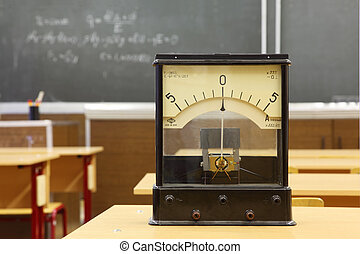 verdadero, educativo, 555, pizarra, escuela, amarillo, número, galvanometer, class;, escritorio, no, fórmula, física, vacío
