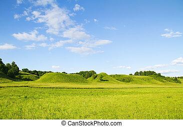 Verde monte azul cielo nublado