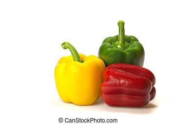 Verde, rojo y amarillo paprika en un fondo blanco