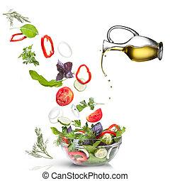 Verduras caídas para ensalada y aceite aislado en blanco