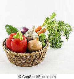 Verduras en cesta de mimbre.