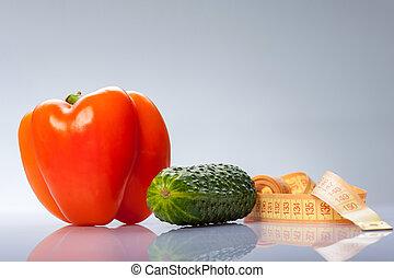 Verduras frescas de colores con centímetro midiendo tu salud