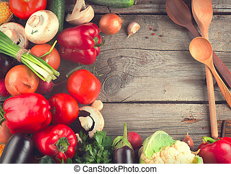 Verduras orgánicas saludables en el fondo de madera