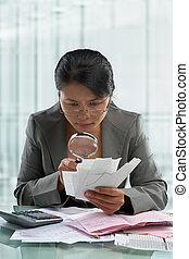 verificar, mujer de negocios, vidrio, asiático, utilizar, cuentas, aumentar