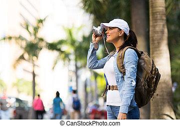 Viajante tomando fotos en la ciudad