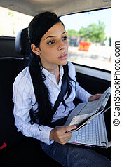 Viaje de negocios: mujer de negocios en limusina
