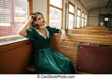 Viajera femenina en tren retro, interior de carreta