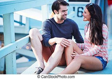vida, romántico, sentado, pareja, joven, guardia, poste