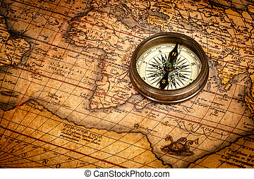 Vieja brújula antigua en el mapa antiguo
