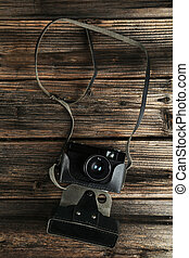Vieja cámara retro sobre fondo de madera marrón