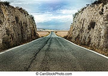 Vieja dramática carretera de asfalto