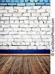 Vieja habitación con pared de ladrillo y piso de madera