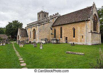 Vieja iglesia en el distrito de Cotswold de Inglaterra